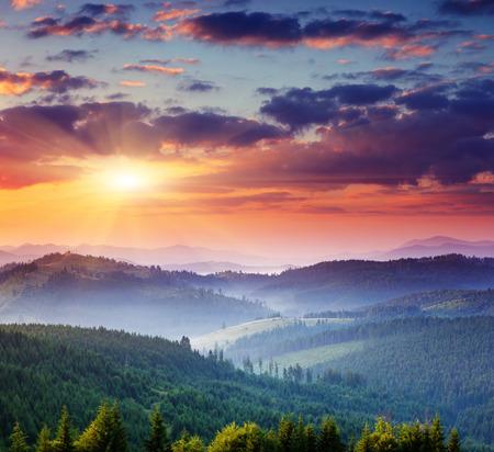 cielo: Puesta de sol en el Majestic landscape.Carpathian monta�as, Ucrania.
