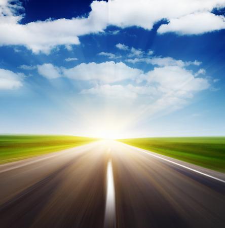 흐린 하늘과 햇빛 빈 아스팔트 도로