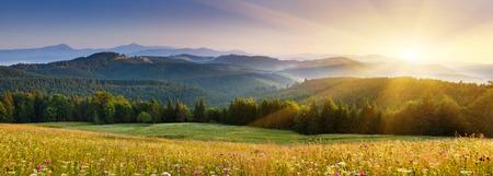 山の風景の雄大な夕日。カルパチア、ウクライナ。 写真素材