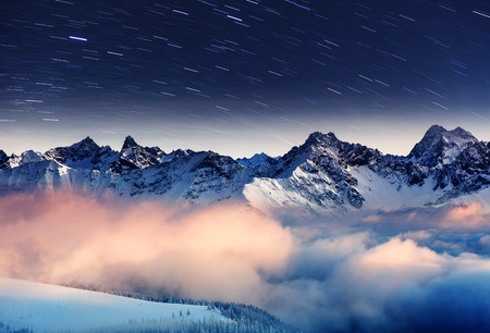 겨울 산 풍경을 통해 밀키 웨이. 유럽. 크리 에이 티브 합성. 아름다움의 세계. 스톡 콘텐츠