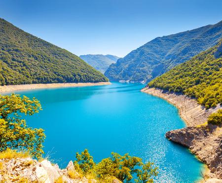 환상적인 저수지와 유명한 피바 협곡. 국립 공원 몬테네그로와 보스니아 헤르체고비나, 발칸 제국, 유럽. 아름다움의 세계. 스톡 콘텐츠
