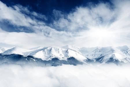 montañas nevadas: Un día frío y soleado en las montañas Foto de archivo