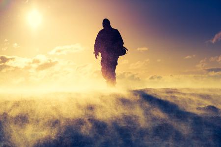 Wandelaar staande op de top van een berg. Dramatische landschap. Karpaten, Oekraïne, Europa. Beauty wereld.