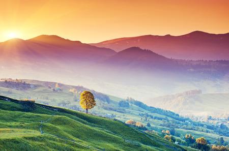 Fantastische Morgen Berglandschaft. Bunter Himmel