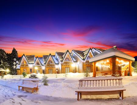 het woonhuis met kerstverlichting