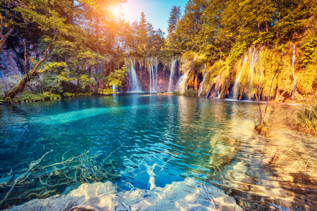 Majestatyczny widok na turkusowe wody i promieni słonecznych w Park Narodowy Jeziora Plitwickie, Chorwacja