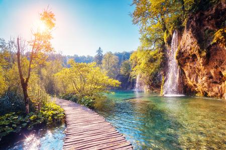 Vue majestueuse sur l'eau turquoise et poutres ensoleillées dans le Parc national des lacs de Plitvice, Croatie Banque d'images