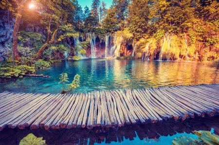 Vue majestueuse sur l'eau turquoise et poutres ensoleillées dans le Parc national des lacs de Plitvice, Croatie Banque d'images - 44978629