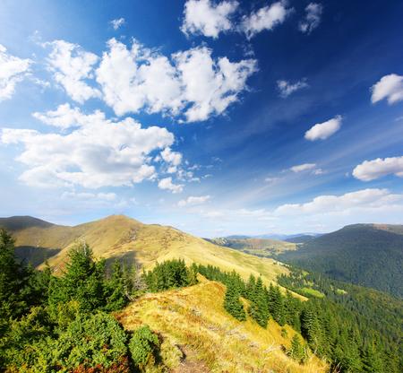 cielo con nubes: Hermoso paisaje de las montañas y el cielo azul