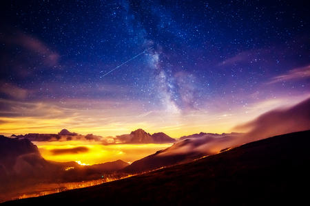 Sassolungo (Langkofel)와 Sella 그룹은 별이 빛을 발한다. 자연 공원 숙박료, 계곡 Gardena, 사우스 티롤. 위치 Ortisei, S. Cristina 및 Selva, 이탈리아, 유럽. 천체 사진