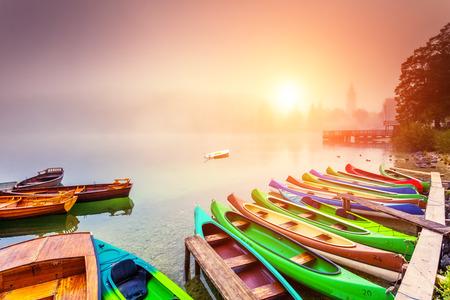 landschap: Majestueuze kleurrijke landschap op de mistige meer in Triglav nationaal park, gelegen in de Bohinj vallei van de Julische Alpen. Dramatische mening. Instagram effect, retro filter. Slovenië, Europa. Schoonheid wereld. Stockfoto