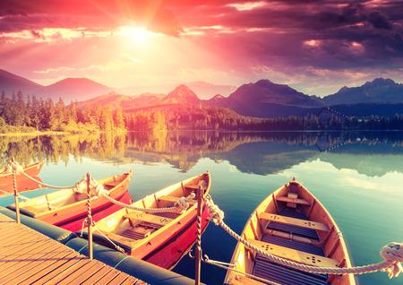 travel: 국립 공원 높은 Tatra 장엄한 산 호수. 극적인 특이한 장면. 하늘은 햇빛에 의해 빛나는. Strbske pleso, 슬로바키아, 유럽. 뷰티 세계. 레트로 스타일의 필터.