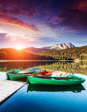 landschap: Zwart meer in Durmitor national park in Montenegro. Dramatische bewolkte hemel. Balkan, Europa. Beauty wereld.