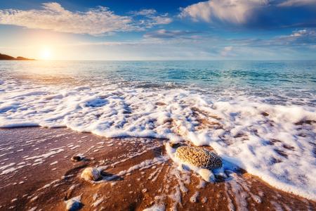 환상적인보기 푸른 바다 햇빛에 의해 빛나는입니다. 극적인 아침 장면입니다. 위치 Makauda, Sciacca. 시칠리아, 남부 이탈리아. 아름다움의 세계.