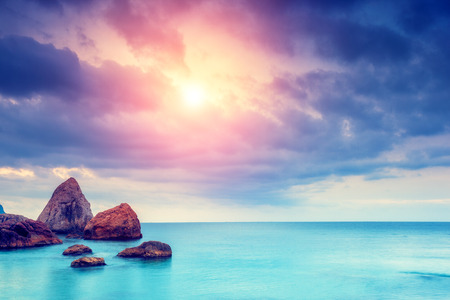 햇빛에 의해 빛나는 환상적인 아침 푸른 바다. 극적인 장면. 검은 바다, 크림, 우크라이나, 유럽. 아름다움의 세계. 레트로 스타일의 필터.