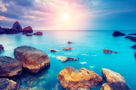 日光で輝く幻想的な朝の青い海。劇的なシーン。黒海、クリミア自治共和国、ウクライナ、ヨーロッパ。美の世界。レトロなスタイルのフィルター