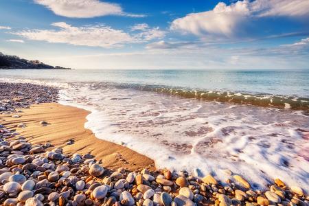 환상적인보기 푸른 바다 햇빛에 의해 빛나는. 극적인 아침 현장. 위치 Makauda, 샤아. 시칠리아, 남부 이탈리아. 뷰티 세계. 스톡 콘텐츠