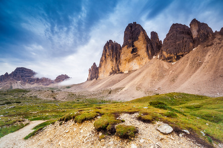 Ottima vista soleggiata del Parco Nazionale Tre Cime di Lavaredo. Le montagne brillano alla luce del sole. Dolomiti, Alto Adige. Posizione Auronzo, Italia, Europa. Drammatico cielo nuvoloso. Mondo della bellezza Archivio Fotografico - 47565680