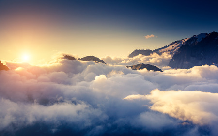 Prachtig uitzicht op de mistige Val di Fassa vallei met pas Sella. Nationaal Park. Dolomieten (Dolomiti), Zuid-Tirol. Locatie Canazei, Campitello, Mazzin. Italië, Europa. Dramatische scène. Schoonheid wereld. Stockfoto