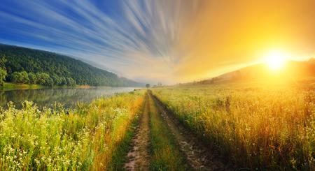 paisaje: Río niebla fantástica con hierba verde fresca en la luz del sol. Paisaje colorido dramático. Dnister río, Ternopil. Ucrania, Europa. Mundo de la belleza.