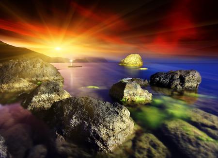iluminado a contraluz: Majestic atardecer de verano sobre el mar. cielo dramático.