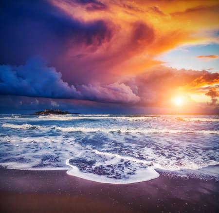 landschap: Fantastisch uitzicht op de Isola delle Correnti. Gelegen op Cape Passero. Dramatische ochtend scene. Donkere bewolkte hemel in Sicilië, Italië