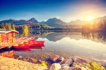 barca da pesca: lago di montagna Fantastico nel Parco Nazionale Alti Tatra. Strbske Pleso, Slovacchia, Europa. Drammatica scena insolita. mondo di bellezza. Retro e stile vintage, morbido filtro. tonificante effetto.