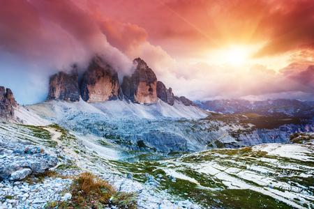 Majestic nebligen Blick auf den Nationalpark Tre Cime di Lavaredo mit Rifugio Locatelli. Dolomiten, Südtirol. Auronzo, Italien