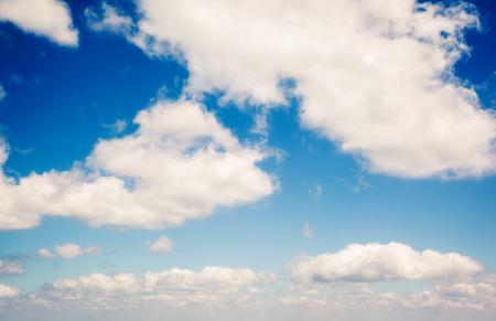 青い空に白いふわふわの雲。