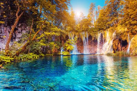Vista maestosa su acqua turchese e travi di sole. Plitvice Lakes National Park, Croazia Archivio Fotografico - 64166565