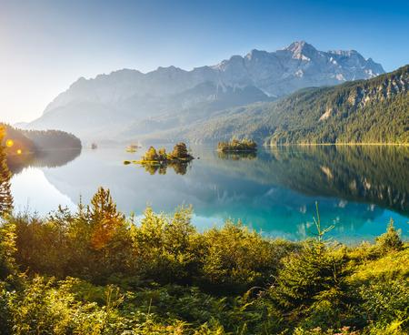 島とツークシュピッツェ山のふもと、アイプゼー湖で青緑色の水のビュー。朝のシーン。場所有名リゾート ガルミッシュ ・ パルテンキルヒェン、