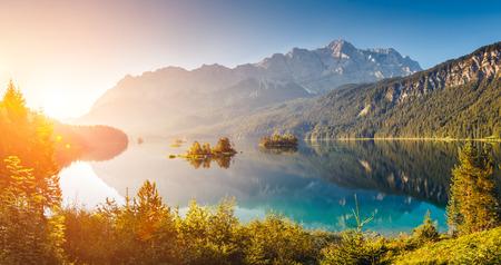 산의 기슭 Eibsee 호수에서 섬과 청록색 물의 전망. Zugspitze. 아침 장면입니다. 위치 유명한 리조트 Garmisch-Partenkirchen, 바바리 안 알프, 유럽. 예술적 그림 스톡 콘텐츠