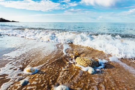 Fantastische Aussicht auf das azurblaue Meer. Klarer Himmel an einem sonnigen Tag mit Wolken weichen. Malerische und herrliche Szene. Lage Ort: Insel Sizilien, Italien, Europa. Künstlerische Bild. Schönheit Welt. Standard-Bild - 72944787