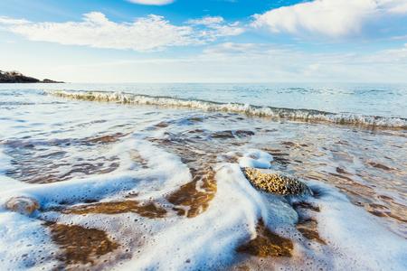 Fantastische Aussicht auf das azurblaue Meer. Klarer Himmel an einem sonnigen Tag mit Wolken weichen. Malerische und herrliche Szene. Lage Ort: Insel Sizilien, Italien, Europa. Künstlerische Bild. Schönheit Welt. Standard-Bild - 72944826