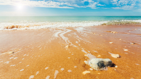 Fantastische Aussicht auf das azurblaue Meer. Klarer Himmel an einem sonnigen Tag mit Wolken weichen. Malerische und herrliche Szene. Lage Ort: Insel Sizilien, Italien, Europa. Künstlerische Bild. Schönheit Welt. Standard-Bild - 72944845