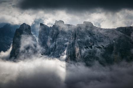 Ottima vista della valle nebbiosa. Nuvole coprivano la catena montuosa. Scena drammatica. Ubicazione: Parco Nazionale Tre Cime di Lavaredo, Locatelli. Alpi Dolomiti, Alto Adige. Italia, Europa. Mondo di bellezza. Archivio Fotografico - 72944880