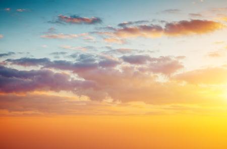 Puesta de sol amarilla fantástica y cielo nublado en un día soleado con nubes mullidas. Escena dramática y pintoresca de la mañana. Mundo de la belleza
