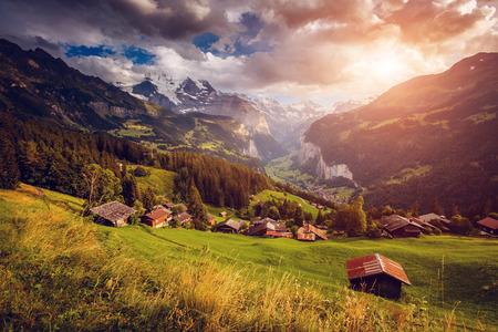 雄大なアルプスの村の様子絵と豪華なシーン。有名な観光スポット。場所場所スイス アルプス、ラウターブルンネン渓谷、ヴェンゲン、ベルナーオ