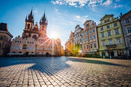 Fantastica vista del Tempio della Madonna prima di Tyn alla luce del sole all'alba. Scena pittoresca Vecchia città famosa posizione posto (patrimonio dell'UNESCO), Praga, Repubblica Ceca, Europa. Mondo della bellezza