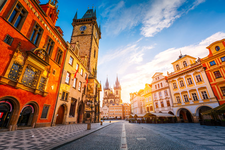 Vista fantástica da prefeitura e do templo de nossa senhora antes de tyn na luz do sol ao amanhecer. Cena dramática. Praça do lugar famoso do lugar (herança do unesco) em Praga, República Checa, Europa. Mundo da beleza.