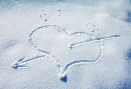 Coeur dessiné sur la neige fraîche Banque d'images - 81568348