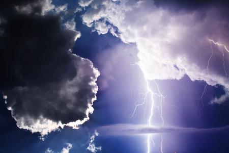Dunkle Wolken bedrohlich. Gewitter mit Blitz.