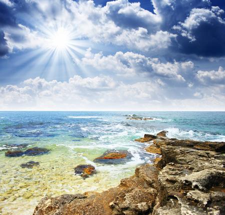 아름 다운 바다와 구름 하늘 태양 스톡 콘텐츠