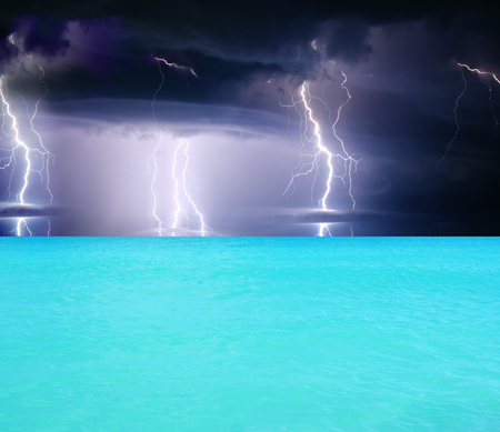 zomeronweer beginnend met bliksem Stockfoto