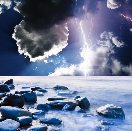 Donkere onheilspellende wolken. Zomerstorm begint met bliksem