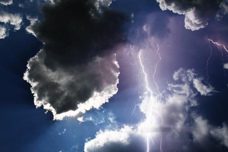 Donkere onheilspellende wolken. Onweersbui met bliksem.