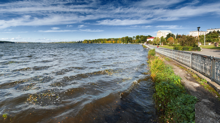 Beautiful autumn landscape with the lake Imagens