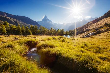Groot panorama met beroemde piekmatterhorn in alpiene vallei. Locatie plaats Zwitserse Alpen, Grindjisee, regio Valais, Europa. Stockfoto