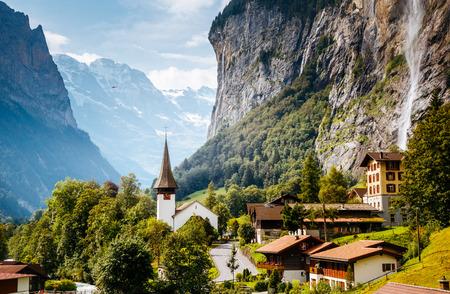 太陽光によって輝くアルプスの村の素晴らしい眺め。場所の場所スイスアルプス、ブルン渓谷、Staubbach 滝、ヨーロッパ。