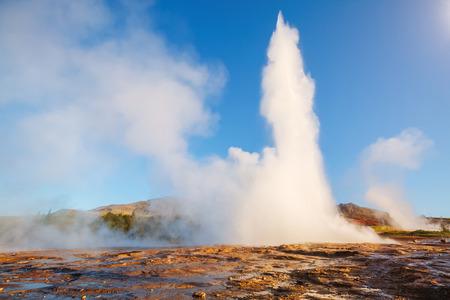 아침 햇살에 Strokkur 간헐천의 위대한보기입니다. 위치 간헐천 공원, Hvita 강, Haukadalur 계곡 지역, 아이슬란드. 유럽.